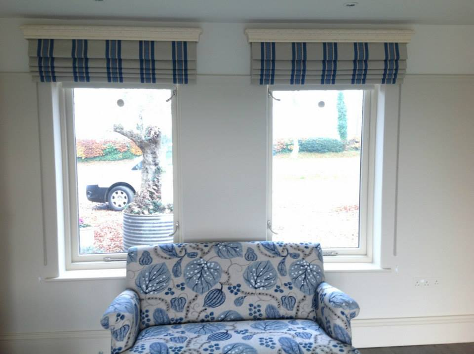 Striped roman blind with wooden pelmet angelinas for Blinds outside recess